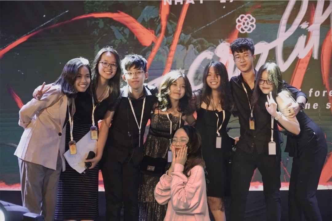 Quang Anh (đứng thứ 3 từ trái sang) chụp cùng các thành viên trong ban tổ chức sự kiện. Ảnh: Nhân vật cung cấp.
