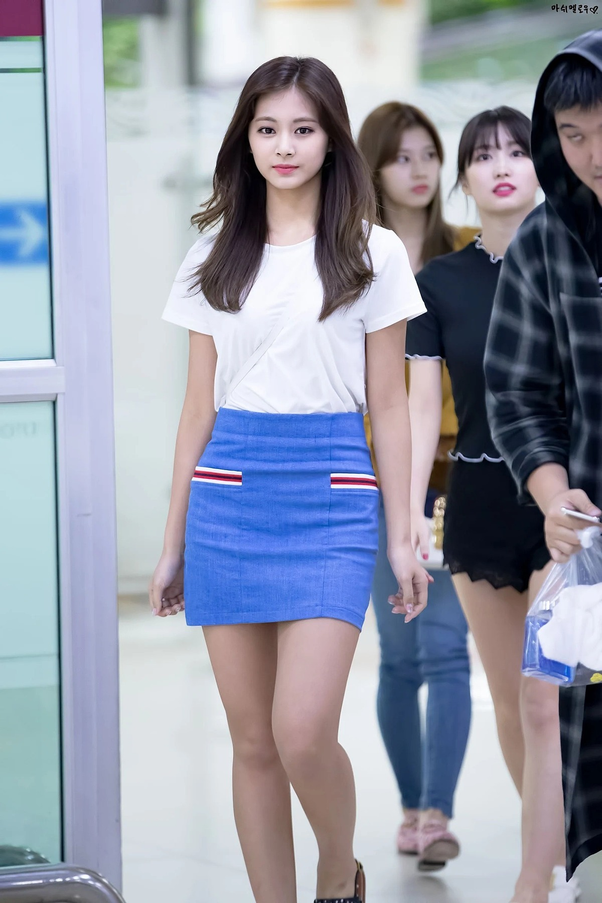 This Noir Contemporain skirt may look upscale on Tzuyu, but it only cost ₩53,000 KRW