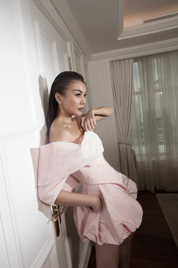 Màu hồng pastel được xử lý trên váy lụa bất đối xứng.