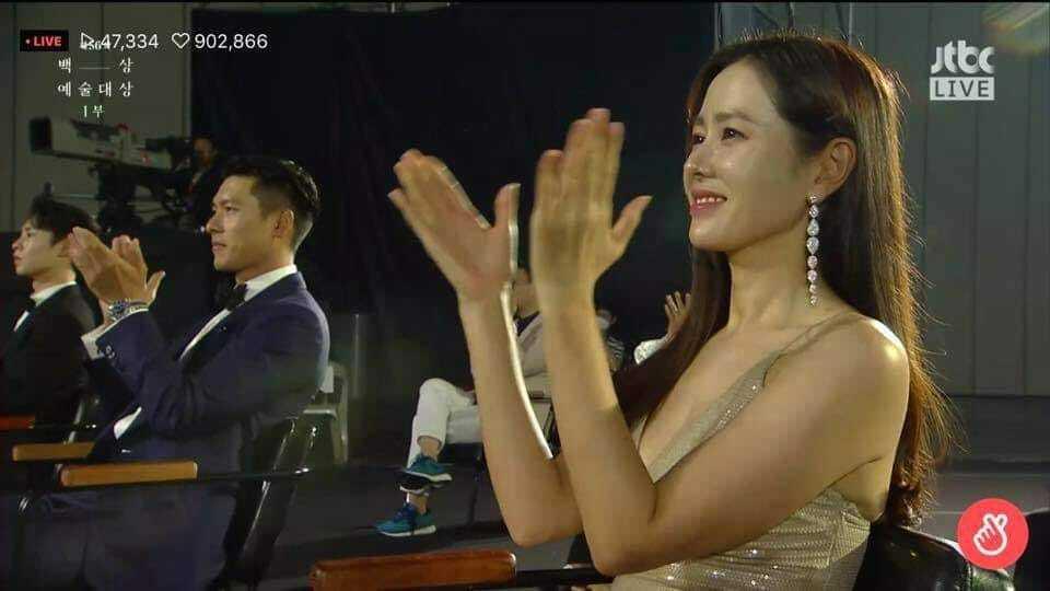 Son Ye Jin - Hyun Bin ngồi cách xa nhau.