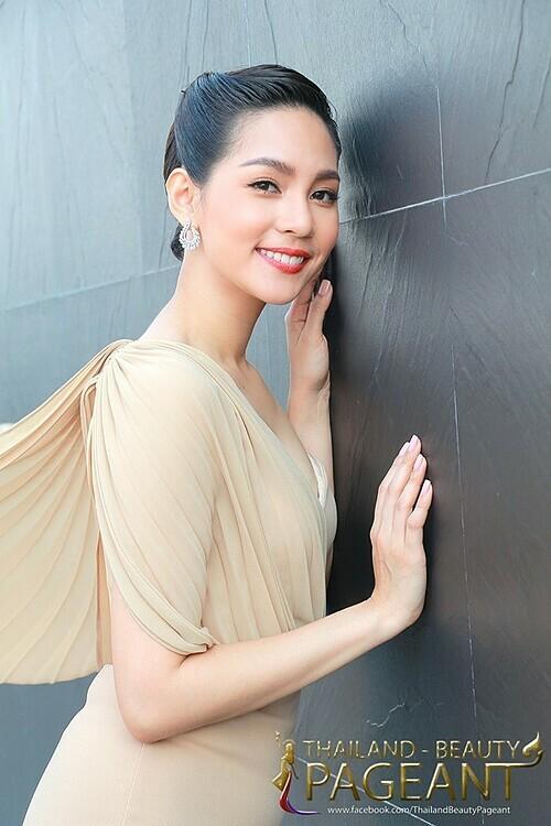 Tân hoa hậu năm nay 25 tuổi, sở hữu gương mặt thanh tú cùng chiều cao 1,75 m. Ngoài công việc người mẫu, cô còn là một dược sĩ tại quê nhà.