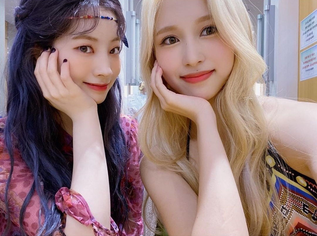 Mina (tóc vàng) và Da Hyun có visual một chín một mười.