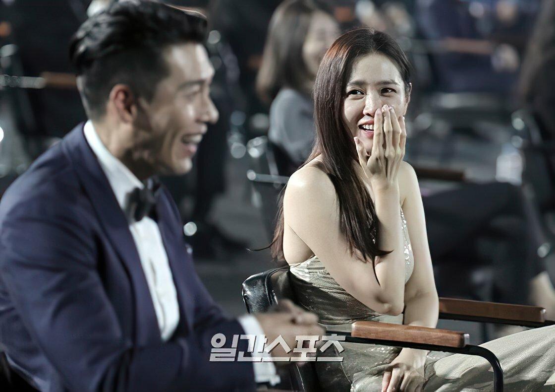 Son Ye Jin hướng về phía Hyun Bin khi cười.