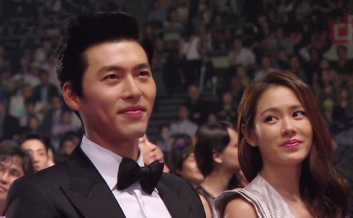 Dù là 6 năm trước hay bây giờ, Son Ye Jin vẫn nhìn Hyun Bin say đắm