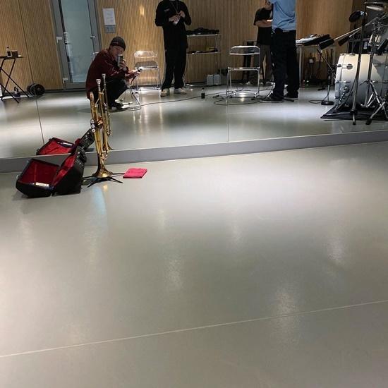 Cho Seung Youn (X1) đang ở phòng tập để chuẩn bị phát hành album solo.
