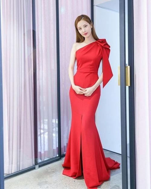 Chiếc váy đỏ biến Seo Hyun (SNSD) trở thành tâm điểm ở lễ trao giải spotlight. Mỹ nhân Hàn khoe đường cong nóng bỏng với thiết kế bó sát.