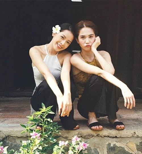 Ngọc Trinh - Chi Pu chị chị em em nhí nhảnh trong hậu trường quay MV Cung đàn vỡ đôi.