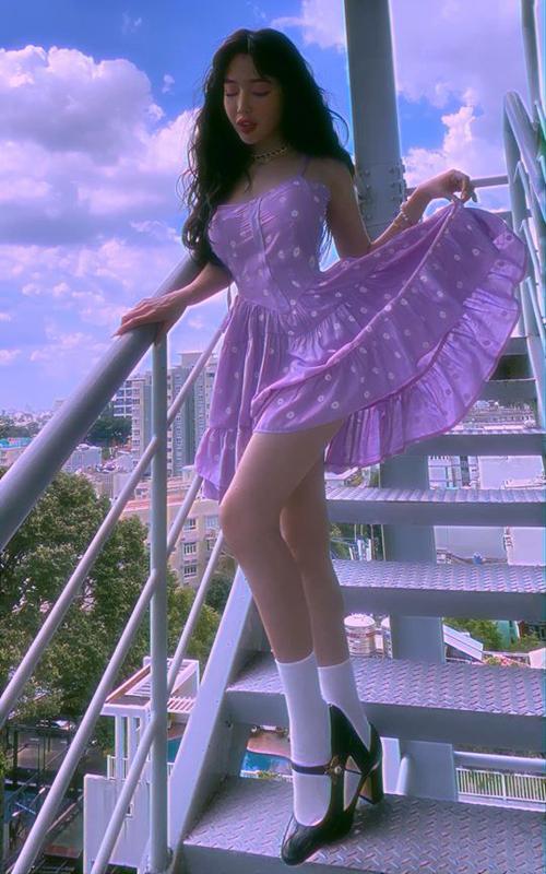 Elly Trần hack tuổi với váy tím lịm và cách kết hợp tất cao cùng giày Mary Janes như nữ sinh.