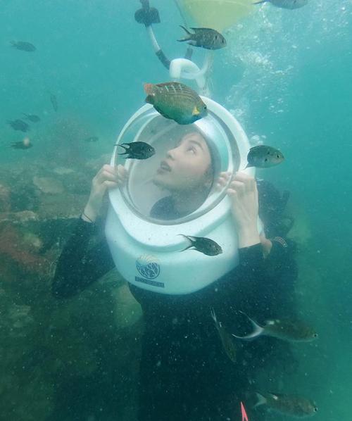 Kỳ Duyên biểu cảm ngây thơ khi được trải nghiệm lặn xuống đáy đại dương ngắm cá bơi lội xung quanh.