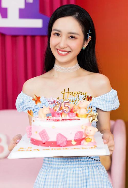 Jun Vũ hạnh phúc khi được fan đột nhập tổ chức sinh nhật bất ngờ lúc đang quay hình.