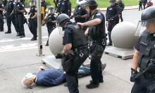 57 cảnh sát từ chức sau vụ đẩy người biểu tình chảy máu đầu