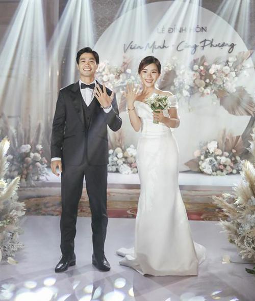 Công Phượng và bà xã Viên Minh làm lễ đính hôn tối 3/6 tại một khách sạn 5 sao ở TP HCM. Vốn giữ chuyện tình yêu không ồn ào, buổi lễ đính hôn của cả hai cũng diễn ra trong không khí thân mật với chỉ khoảng 100 khách mời.