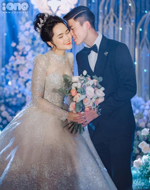 Trong hôn lễ diễn ra vào hồi tháng 2, bà xã Duy Mạnh - Quỳnh Anh - diện chiếc váy cao cấp với thiết kế lộng lẫy, lấp lánh như một cô công chúa bước ra từ cổ tích.