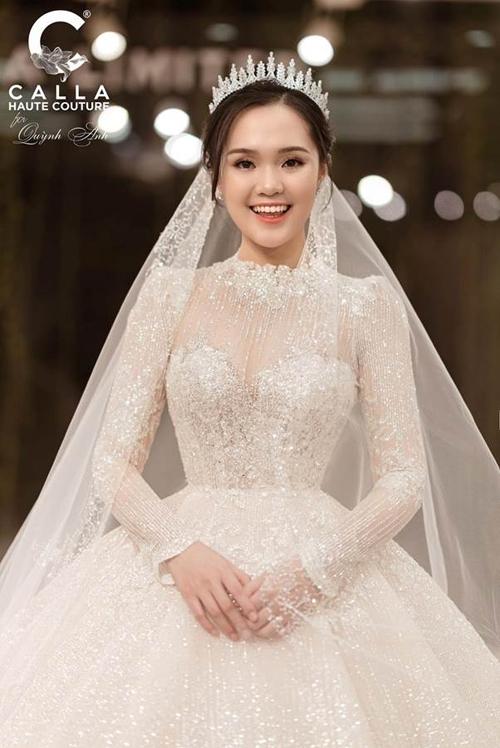 Chiếc váy này có mức giá có thể lên tới cả tỷ đồng. Từ trước đến nay, chưa có nàng WAG Việt nào diện đầm cưới đắt đỏ đến vậy.