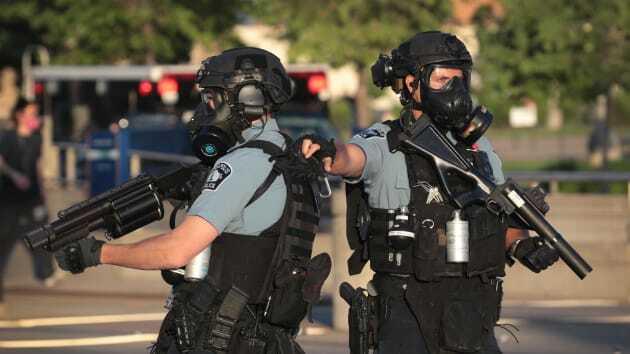 Các sĩ quan giám sát một cuộc biểu tình hôm 28/5 ở Minnesota. Ảnh: Scott Olson