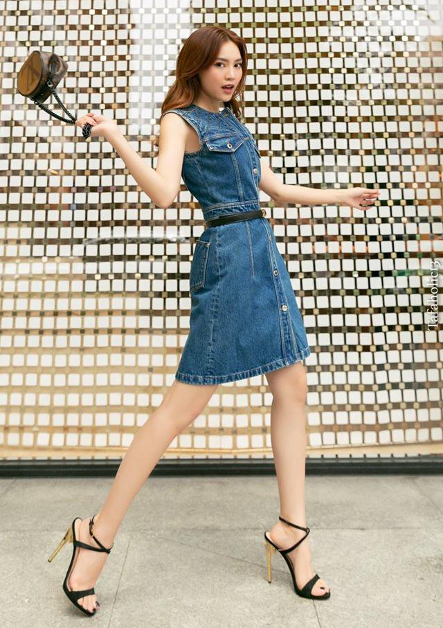 Lan Ngọc trẻ trung với váy denim. Trên tay cô là chiếc túi Louis Vuitton nhỏ xinh nhưng có giá tới 65 triệu đồng.