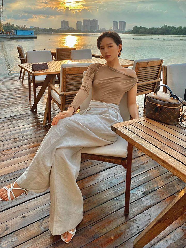 Khánh Linh mặc áo bất đối xứng và quần linen suông thanh lịch.