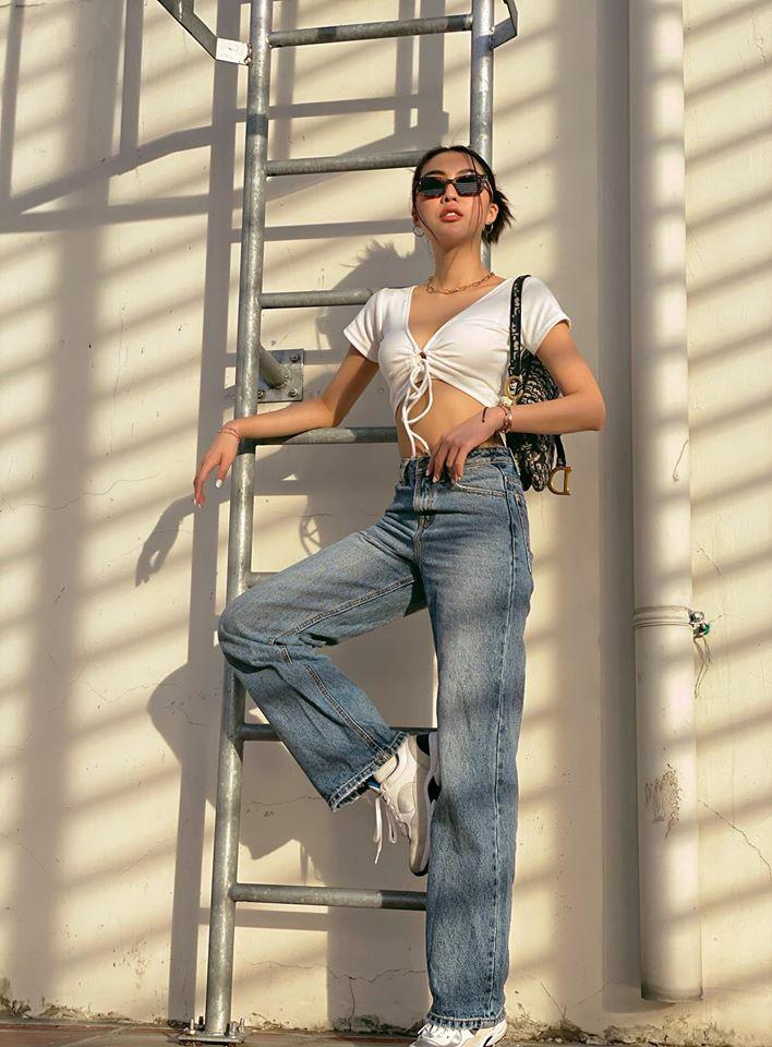 Tường Linh khoe eo 53 cm với croptop và quần jeans ống suông. Cô nàng chọn cách búi tóc gập giúp vẻ ngoài càng thêm cá tính.