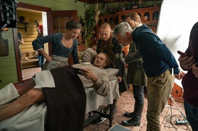 <p>Dàn diễn viên <em>Outlander</em> tranh thủ xem chương trình trực tiếp một sự kiện thể thao trong lúc nghỉ giữa giờ.</p>