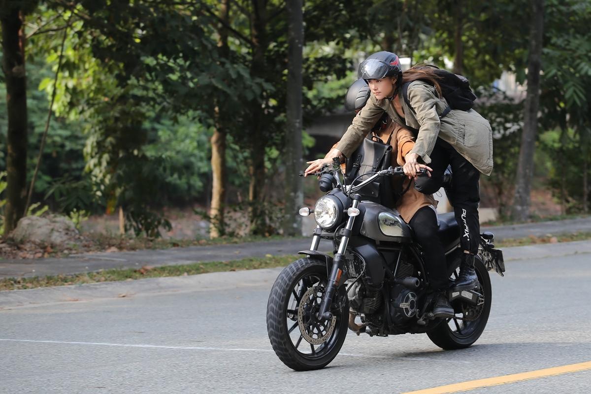 Minh Hằng mạo hiểm đu mô tô đóng phim.