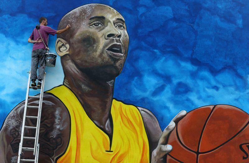 Nghệ sĩ Deni Bozic (27 tuổi) vẽ những chi tiết cuối cùng trên bức tranh tường vinh danh cựu ngôi sao bóng rổ Los Angeles Lakers Kobe Bryant trên bức tường xây trường học ở Gradiska, Bosnia và Herzegovina ngày 8 tháng 6 năm