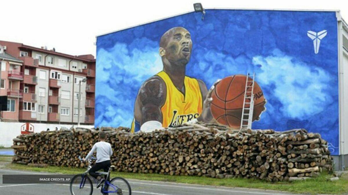 Bức tranh tường khổng lồ về Bryant nhìn từ xa. Ảnh: AP.