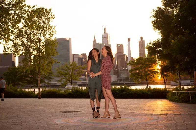 Alyssa Kayhill (phải) và Anh-Linh Trinh.