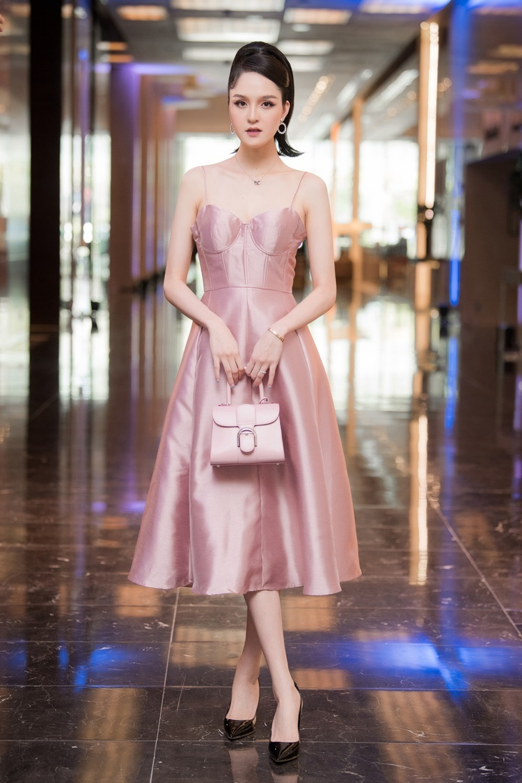 Sau 6 tháng sinh con trai thứ hai, Á hậu Hoàng Anh tái xuất. Cô là khách mời trong buổi workshop với chủ đề đám cưới thân thiện với môi trường do NTK La Phạm tổ chức. Người đẹp mặc đầm hai dây hồng nữ tính, xách túi Delvaux có giá 120 triệu đồng và đi giày Christian Dior giá 30 triệu đồng.