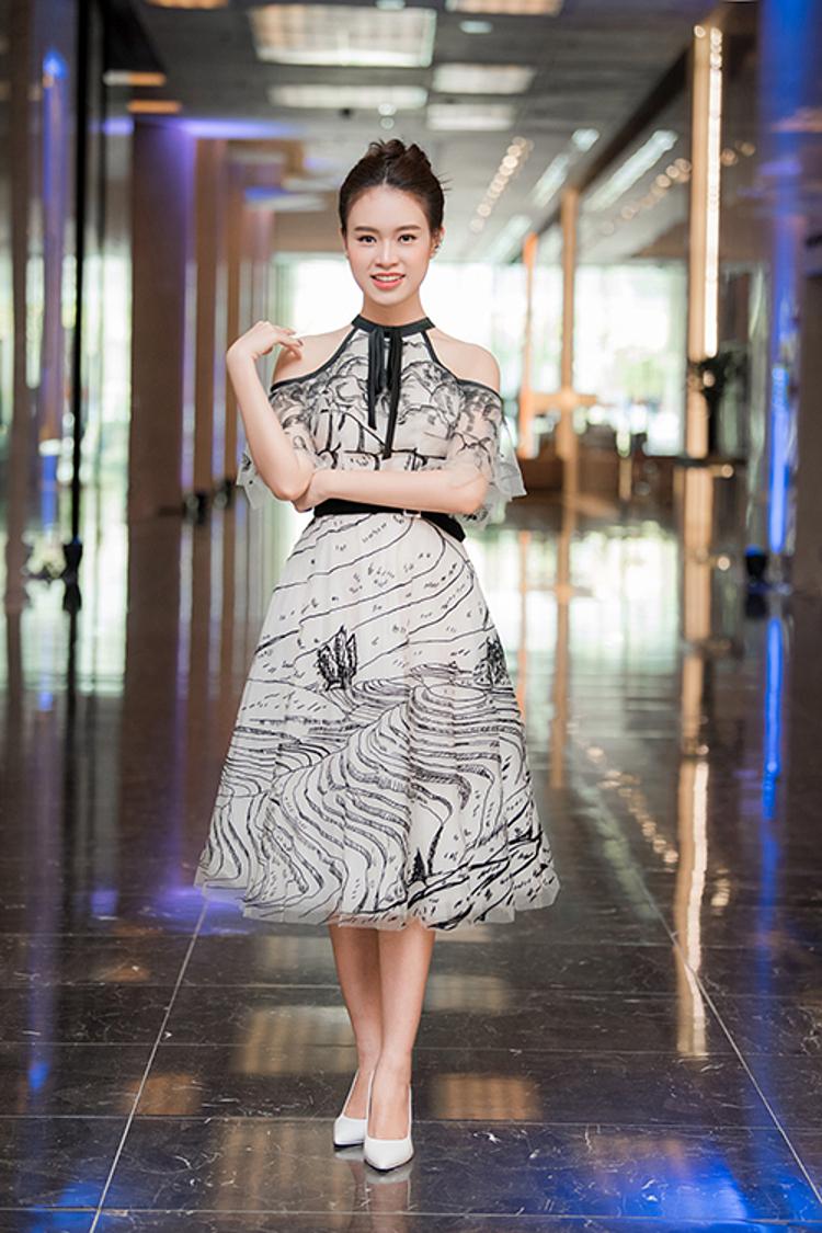 Người đẹp Ngọc Vân mặc váy bồng xòe của NTK Lê Thanh Hòa dự sự kiện.
