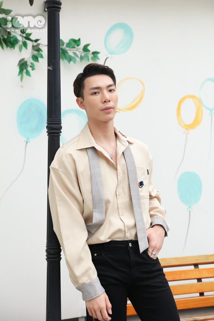 Chiều 16/6, ca sĩ Erik tham dự buổi phỏng vấn cùng báo iOne.net tại TP HCM. Anh diện quần skinny mix cùng áo sơ mi sáng màu.