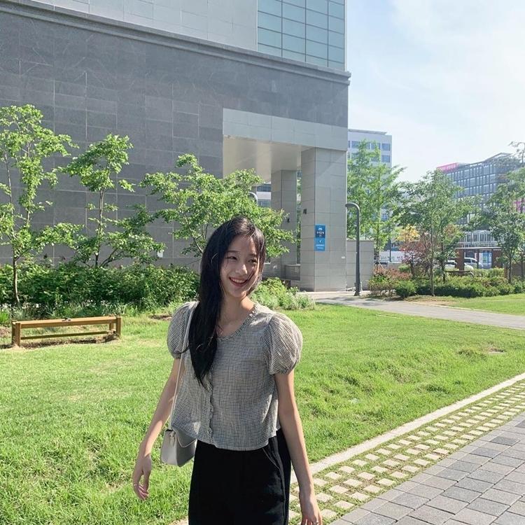 Seung Hee có gu thời trang đời thường giản dị.
