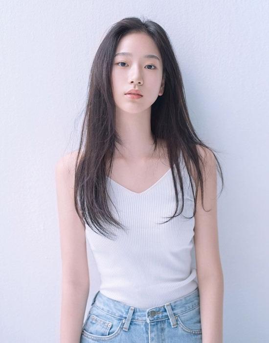 Gần đây, chủ đề về người đẹp Jo Seung Hee nhận được sự quan tâm của netizen diễn đàn TheQoo. Người dùng mạng chia sẻ loạt ảnh xinh xắn long lanh của nữ diễn viên tân binh và khen ngợi khí chất độc đáo của cô nàng.