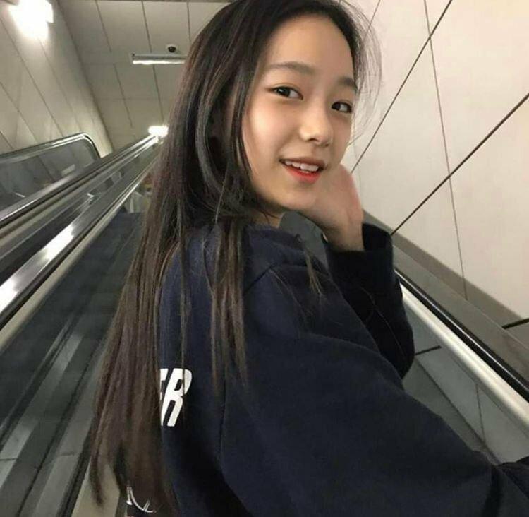 Trong khi đó nụ cười cô nàng lại trong sáng, thanh thuần giống Yoona, Shu Hua.