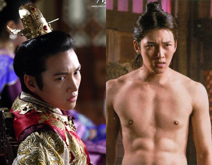 """<p class=""""Normal"""">Vai diễn mang đến danh tiếng cho Ji Chang Wook là hoàng đế Ta Hwan trong<em> Hoàng hậu Ki</em>. Không chỉ đẹp trai, si tình, Ta Hwan còn khiến khán giả nữ mê mẩn mỗi lần khoe thân hình 6 múi. Cũng từ <em>Hoàng hậu Ki</em>, Ji Chang Wook được xếp vào hàng ngũ sao nam cócơ thể rắn rỏi, gợi cảm.</p>"""