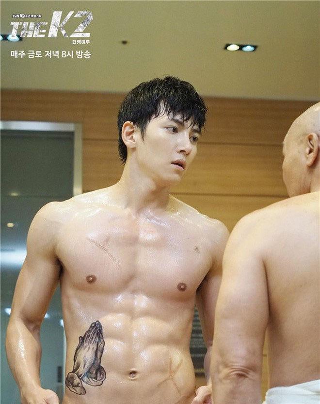 """<p class=""""Normal"""">Body của Ji Chang Wook trong phim đẹp xuất sắc, được ví von không thua kém những bức tượng thạch cao. Những khoảnh khắc khoe hình thể trong<em> The K2</em> đã giúp Ji Chang Wook trở thành mỹ nam quyến rũ của màn ảnh Hàn.</p>"""