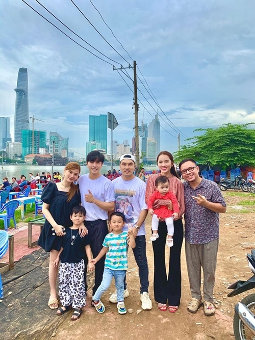 Gia đình Thu Thủy và vợ chồng Ưng Hoàng Phúc.