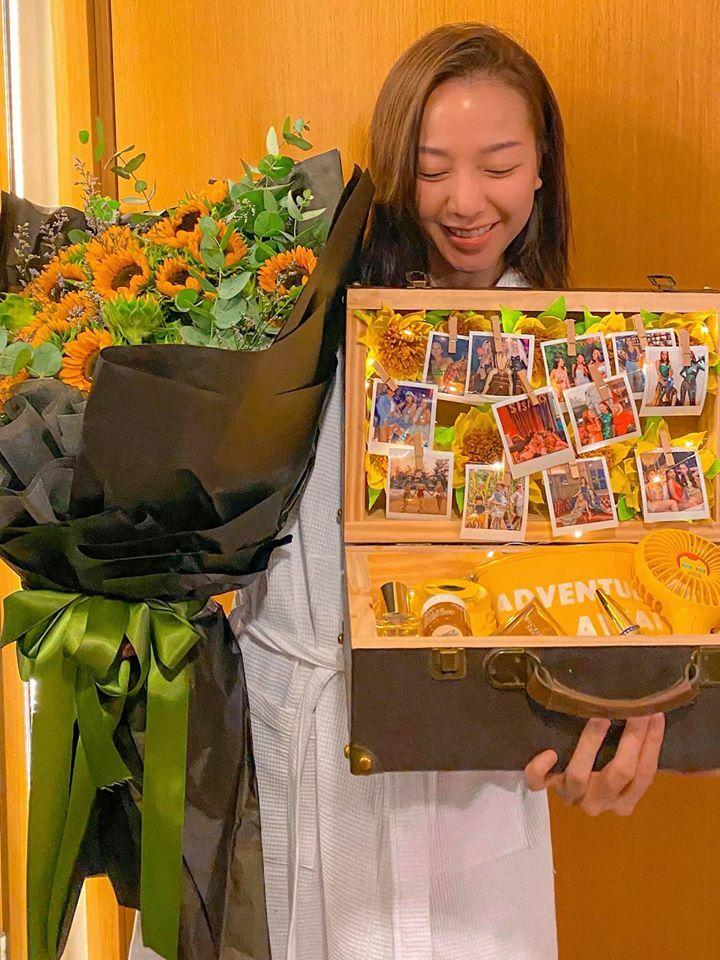 Băng Di hạnh phúc nhận hoa và quà sinh nhật muộn.