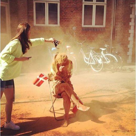 Các cô gái FA ở Đan Mạch bị ném bột quế.