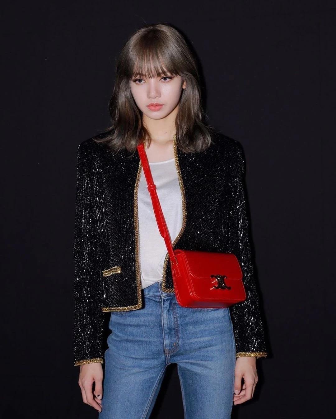 Tại Paris Fashion Week 2019, Lisa diện cả cây đồ của Celine theo phong cách menswear. Trang phục cảm hứng quân đội của cô nàng có tổng giá trị khoảng vài trăm triệu đồng.