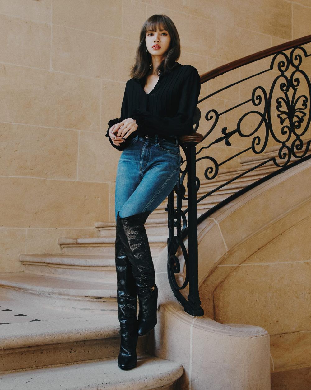 Chỉ cần mặc sơ mi, quần jeans và boots cao đến gối siêu đơn giản, Lisa cũng toát lên nét đẳng cấp, chứng minh là thánh sống Celine chính hiệu.