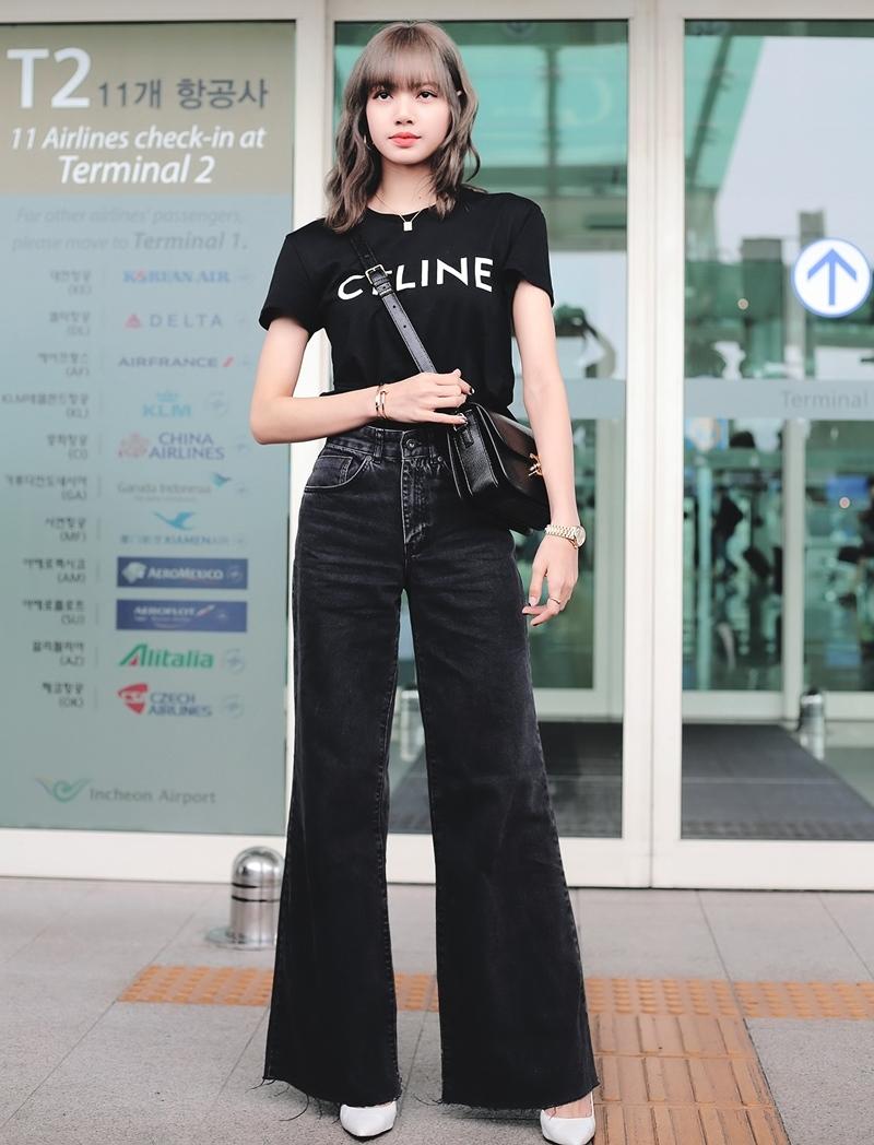 Sau khi được Lisa lăng xê ở sân bay, chiếc áo phông Celine giá đến 12,5 triệu đồng trở thành cơn sốt, được nhiều cô gái lùng mua theo.