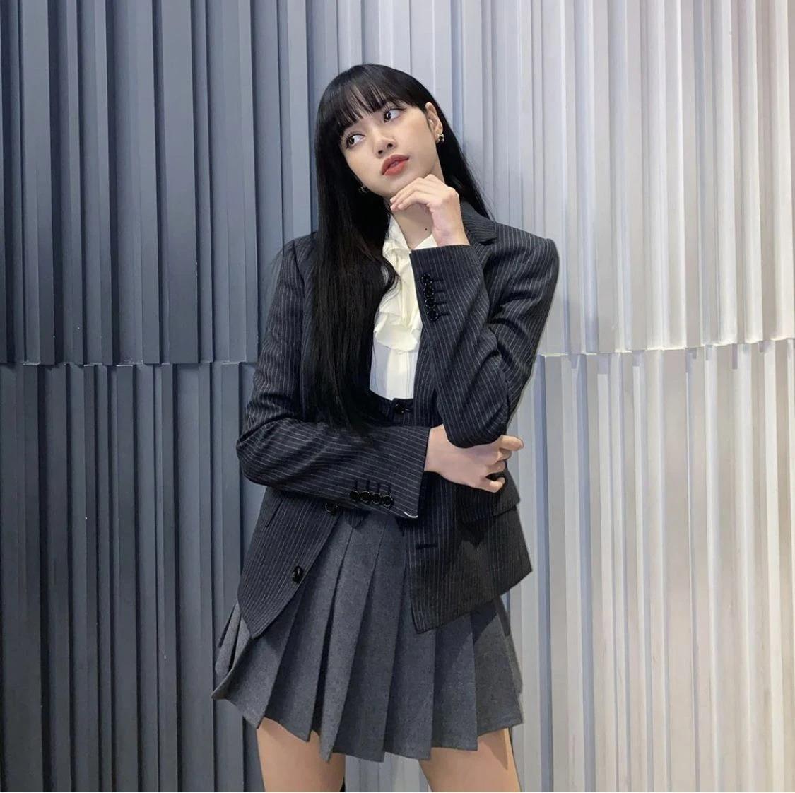 Trong một lần chụp ảnh gần đây, Lisa theo phong cách nữ sinh với trang phục váy áo xếp ly chuẩn học đường. Bộ đồ trông nhí nhảnh như vậy nhưng cũng đến từ thương hiệu hàng đầu nước Pháp, tổng giá bán khoảng hơn 82 triệu đồng.