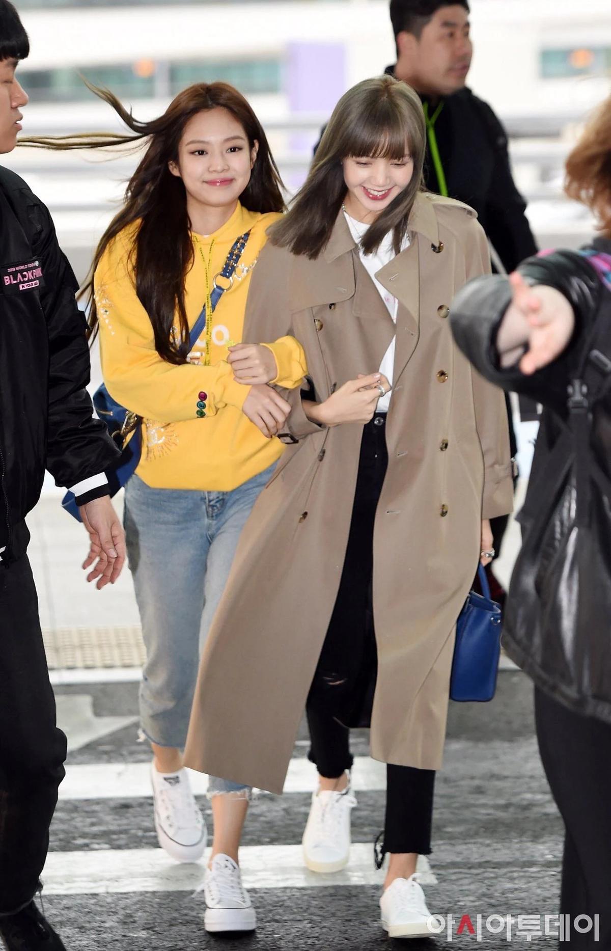 isa thanh lịch ở sân bay với chiếc trench coat có giá xấp xỉ 86 triệu đồng.
