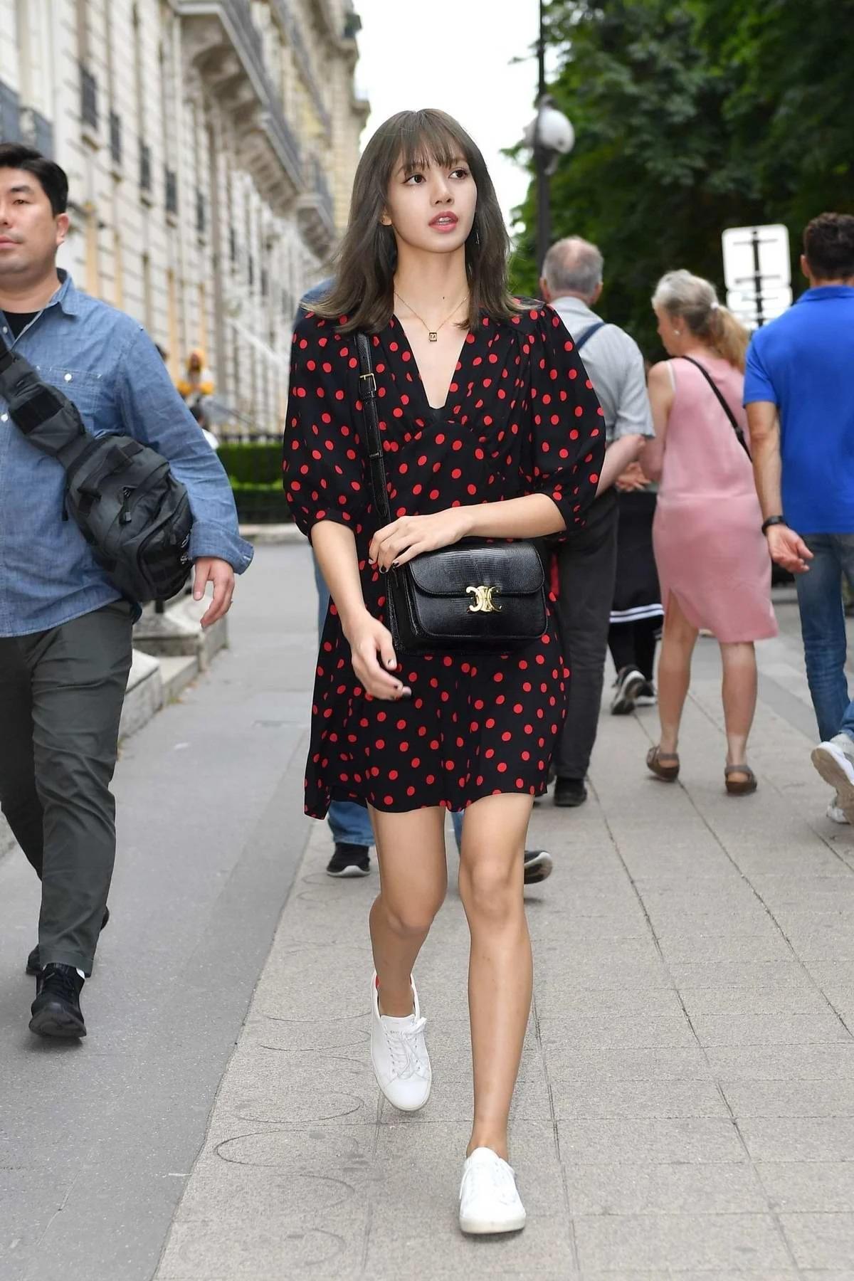 Trên đường phố Pháp, idol 24 tuổi nhẹ nhàng với cả cây đồ từ váy, túi đến giày cũng của Celine.