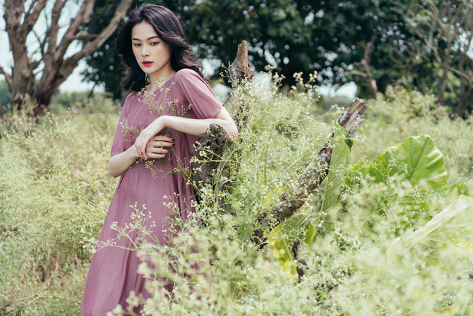 """<p class=""""Normal""""><span>Trong bộ ảnh vừa thực hiện tại Hà Nội, nữ diễn viên phim</span><em>Tấm Cám: Chuyện chưa kể</em><span>khoe vẻ đẹp mong manh với các mẫu váy suông rộng.</span></p>"""