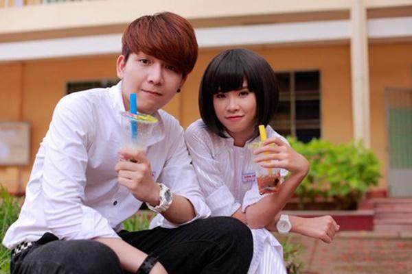 Khởi My sinh năm 1990, hơn Kelvin Khánh 4 tuổi. Cả hai quen nhau khi cùng đóng MV Gửi cho anh, phát hành năm 2013. Thời gian sau đó, fan liên tục gán ghép họ thành cặp đôi, tuy nhiên cả hai khẳng định chỉ là đồng nghiệp thân thiết.