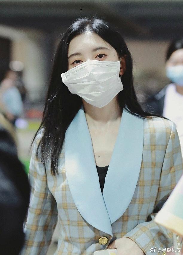 Cúc Tịnh Y đeo khẩu trang quá to so với gương mặt.