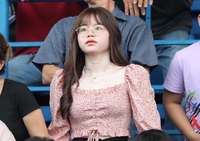 """<p class=""""Normal"""">Huỳnh Anh mặc trang phục nữ tính, áo croptop hồng cổ vuông lộ làn da trắng.</p>"""