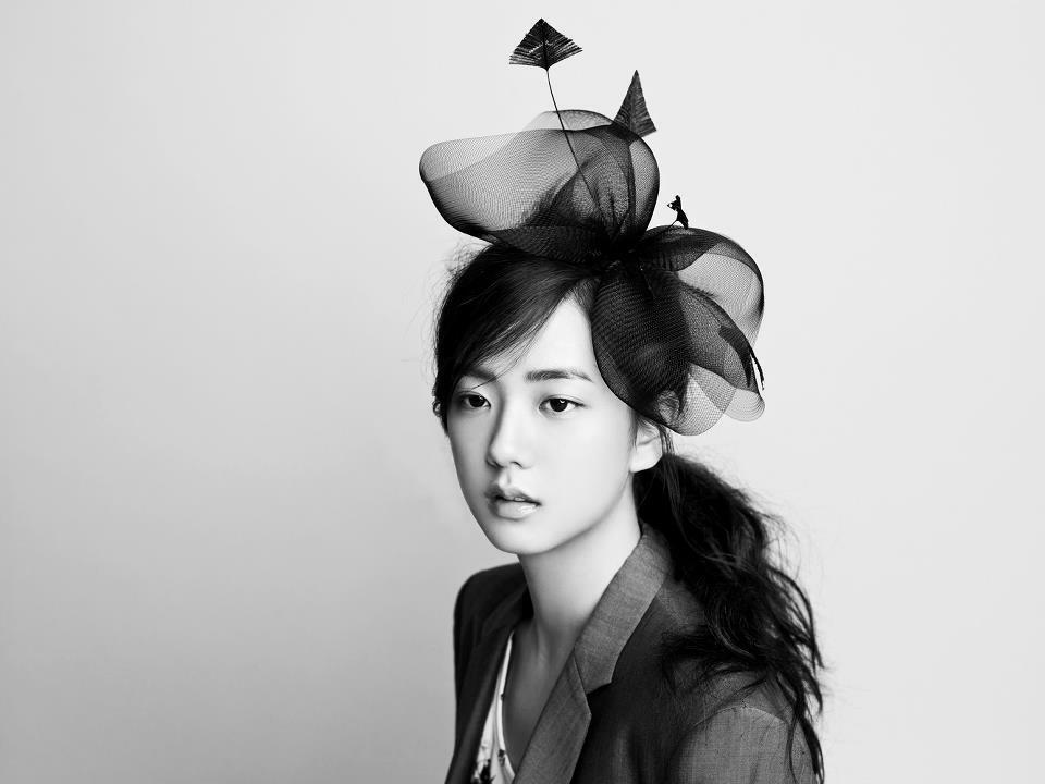Năm 2012, Ji Soo gây sốc vì vẻ ngoài xinh đẹp long lanh trong bức ảnh YG nhá hàng trên blog. Cô nàng ra dáng một thiếu nữ 16 tuổi đầy nữ tính, ngọt ngào nhưng cũng rất đỗi ngây thơ. Thời điểm đó, netizen hết sức tò mò về danh tính Ji Soo và cho rằng cô sẽ là mỹ nhân đầy tiềm năng của Kpop thế hệ mới.