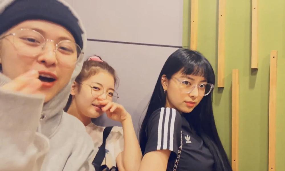 3 thành viên ITZY lộ kiểu tóc mới trên livestream.